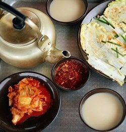 Tại sao người Hàn Quốc uống rượu gạo bằng bát và đựng trong ấm?